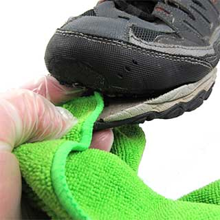 Clean the shoe with alcohol before gluing.